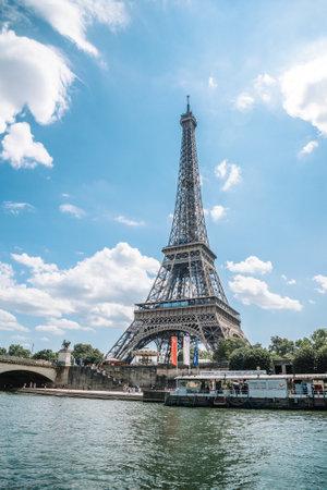 Photo pour Eiffel tower in summer, Paris, France. Scenic panorama of the river Seine - image libre de droit