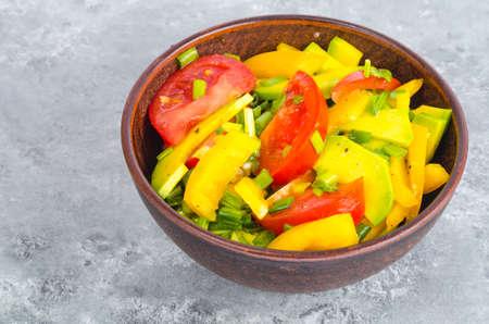 Photo pour Avocado, sweet paprika, tomatoes, diet salad. Studio Photo - image libre de droit