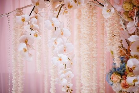 Photo pour Fresh flowers in a wedding decoration. Background - image libre de droit