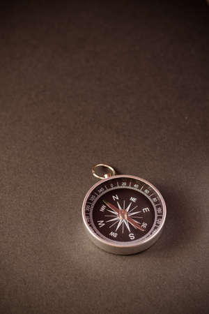 Photo pour Closeup shot of a shiny metalic compass pointing always to magnetic North - image libre de droit