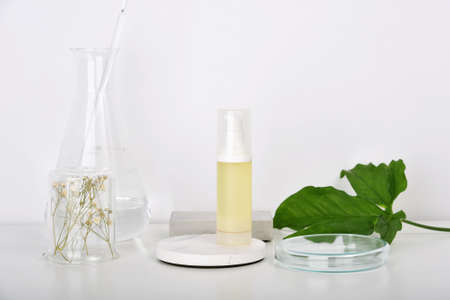 Photo pour Natural skincare beauty products researching lab, Natural organic botany extraction and scientific laboratory glassware, Blank label cosmetic container for branding mock-up. - image libre de droit