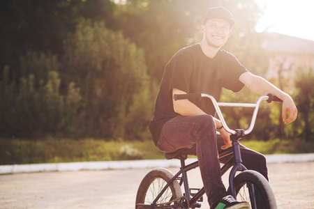 Photo pour Young BMX bicycle rider having fun and posing - image libre de droit
