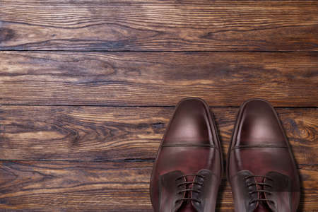 Foto de Classic male brown leather shoes on wood - Imagen libre de derechos