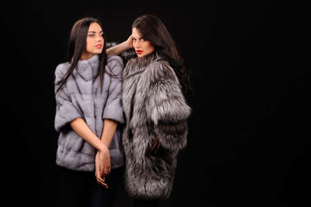 Foto de Beauty Fashion Model Girls in Blue Mink Fur Coat. Beautiful Luxury Winter Women - Imagen libre de derechos