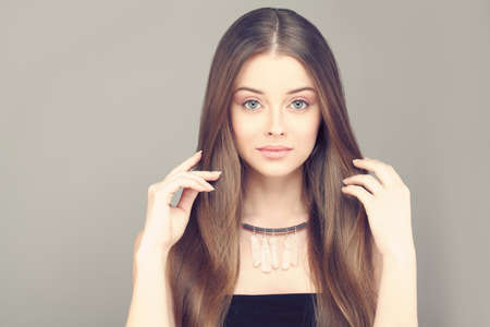 Photo pour Beautiful Woman with Healthy Skin and Brown Hair. - image libre de droit