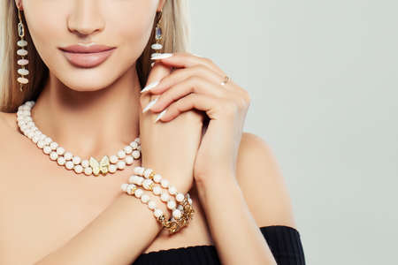 Photo pour Fashioable jewelry on female body. Necklace, Bracelet and Earrings - image libre de droit