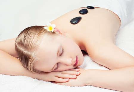 Photo pour Spa relax massage in salon. Beautiful young woman getting spa massage - image libre de droit