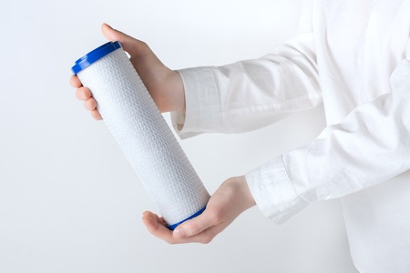 Photo pour water filter cartridge in human hand isolated on white - image libre de droit