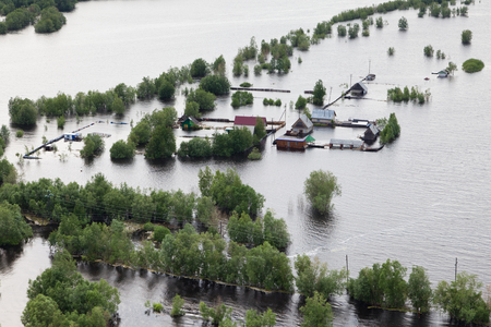 Photo pour Flooded houses in vicinity of Great river - image libre de droit
