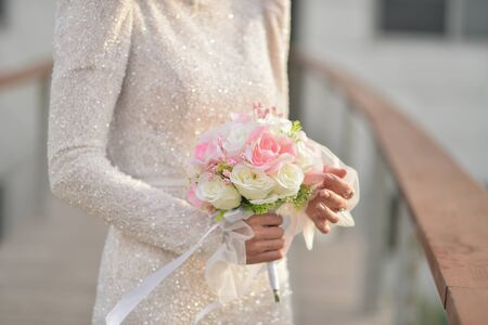 Photo pour Bouquet in the hands of the bride. The bride in a beautiful wedding dress with a wedding bouquets. - image libre de droit