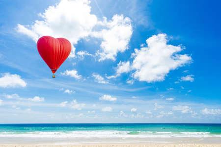 Foto de Beautiful Red balloon in the shape of a heart at Karon beach, Phuket, Thailand. Asia - Imagen libre de derechos