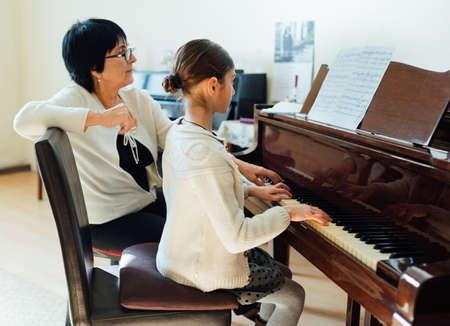 Photo pour piano lessons at a music school - image libre de droit