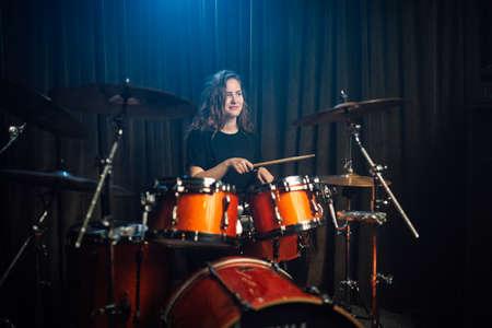 Photo pour Woman playing drums during a live performance - image libre de droit