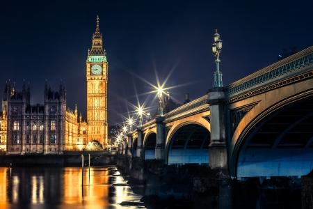 Photo pour Big Ben Clock Tower and Parliament house at city of westminster, London England UK - image libre de droit