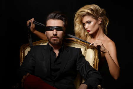 Photo pour Sexy Couple Love, Blindfold Man in Suit with sexy blonde woman - image libre de droit