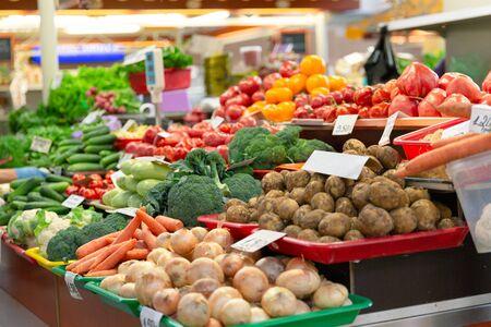 Photo pour Fresh organic and vegetables at farmers market in city - image libre de droit