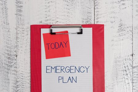 Foto de Conceptual hand writing showing Emergency Plan. Concept meaning Procedures for response to major emergencies Be prepared Colored clipboard blank paper sheet sticky note wooden background - Imagen libre de derechos