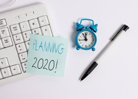 Foto de Text sign showing Planning 2020. Business photo text process of making plans for something next year White pc keyboard with empty note paper above white background - Imagen libre de derechos