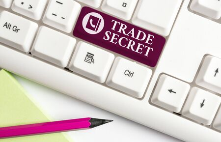Foto de Word writing text Trade Secret. Business photo showcasing Confidential information about a product Intellectual property White pc keyboard with empty note paper above white background key copy space - Imagen libre de derechos