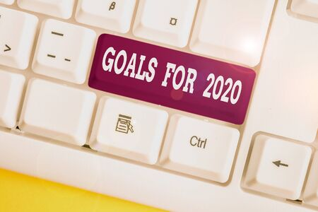 Photo pour Word writing text Goals For 2020. Business photo showcasing The following things you want to have and achieve in 2020 White pc keyboard with empty note paper above white background key copy space - image libre de droit