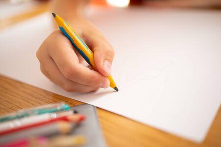 Photo pour child drawing with color pencils - image libre de droit