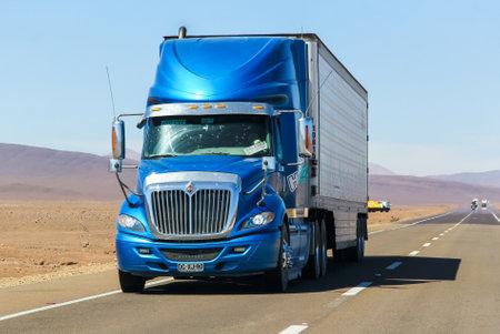 Foto de ATACAMA, CHILE - NOVEMBER 14, 2015: Semi-trailer truck International Navistar at the interurban freeway. - Imagen libre de derechos