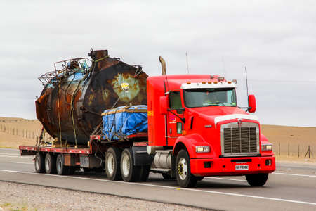 Foto de Copiapo, Chile - November 14, 2015: Semi-trailer truck Kenworth T800 at the interurban road. - Imagen libre de derechos