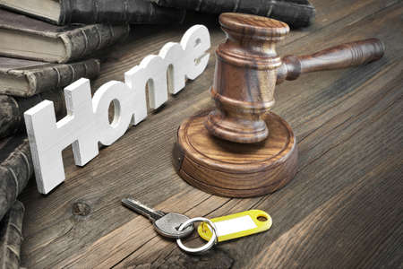 Photo pour Sign Home, Door Key, Judges Or Auctioneer Gavel And Old Law Book On The Wood Table. Concept For Trial, Bankruptcy, Tax, Mortgage,  Auction Bidding, Foreclosure Or Inherit Real Estate - image libre de droit