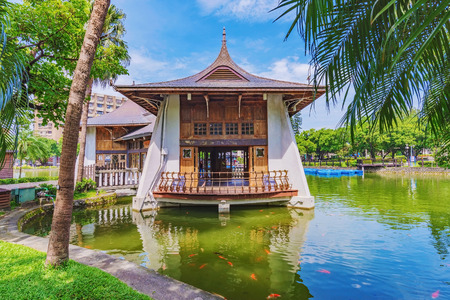 Photo pour Scenery and traditional chinese architecture in Taichung park - image libre de droit