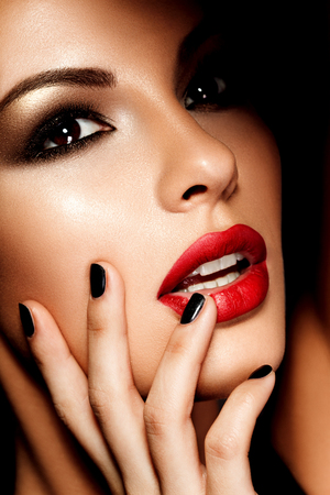 Photo pour Beautiful young model with red lips. Bright makeup. - image libre de droit