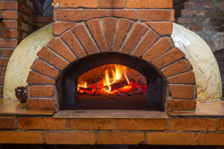 Photo pour Fire and burn coals in stone ovens. Oven made of brick and clay on the wood. Oven for pizza. Brick oven. - image libre de droit