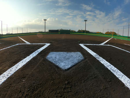Photo pour Early in the morning, under a clear sky, the baseball field was clean before the game. - image libre de droit
