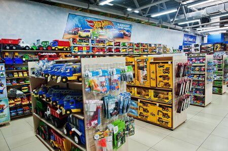 Foto für Kyiv, Ukraine - January 16, 2018: Customers shop for toys. Vehicles in boxes. Hot Wheels. - Lizenzfreies Bild