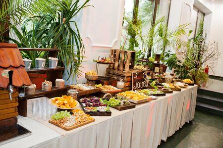 Photo pour Dessert table of delicious snacks on wedding reception. - image libre de droit