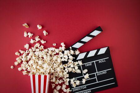 Photo pour Movie clapper board and popcorn - image libre de droit