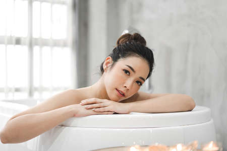 Foto de Beautiful young asia woman enjoy relaxing taking a bath with bubble foam in bathtub at the bathroom - Imagen libre de derechos