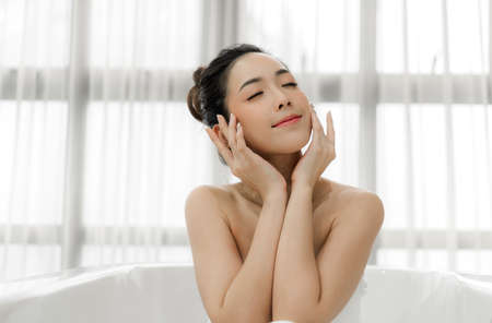 Photo pour Beautiful woman perfect smile beauty health care.beauty and spa.perfect fresh clean healthy skin in room at home - image libre de droit