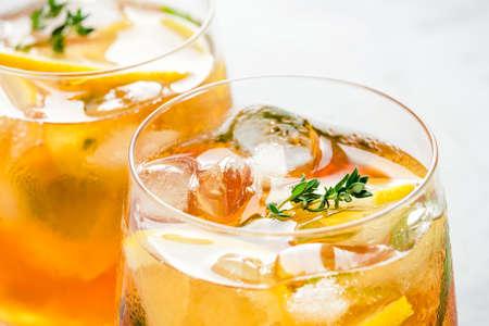 Photo pour Iced tea with ice, mint and lemon. Refreshment cold summer drink. Close up shot. - image libre de droit