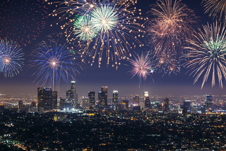 Photo pour Downtown Los angeles cityscape with flashing fireworks celebrating New Year - image libre de droit