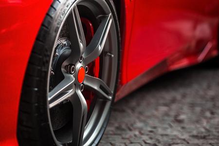 Photo pour Detail on hot red super-sport car wheels with sport breaks - image libre de droit