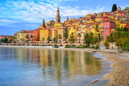 Photo pour Sand beach beneath the colorful old town Menton on french Riviera, France - image libre de droit