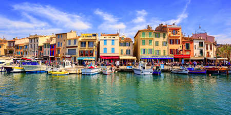 Photo pour Colorful traditional houses on the promenade in the port of Cassis town, Provence, France - image libre de droit
