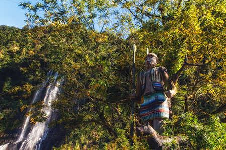 Foto de Taiwan. Wulai Native Village, Statue of hunter with his dog. - Imagen libre de derechos