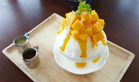 Photo pour Mango with shaved ice milk flavour serving with syrub - image libre de droit