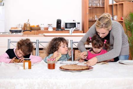 Photo pour Young children eating crepes - image libre de droit