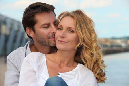 Photo pour Portrait of a couple by the sea - image libre de droit
