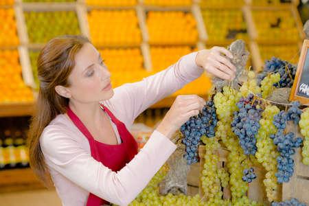 Photo pour Female fruit stall worker - image libre de droit