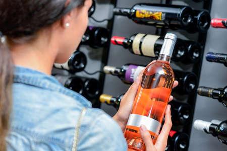 Photo pour Woman shopping wine - image libre de droit