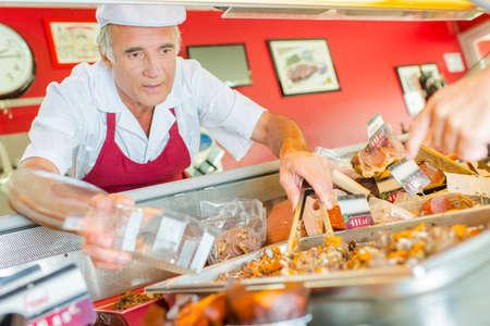 Photo pour Man serving food - image libre de droit
