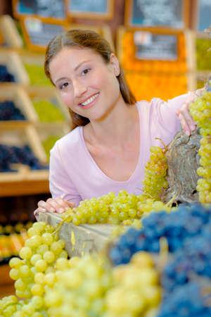 Photo pour Buying Some grapes - image libre de droit